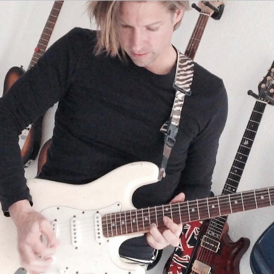 TYPPISCH-Indie-Deutsch-Pop-Bild_5_an_der_Gitarre